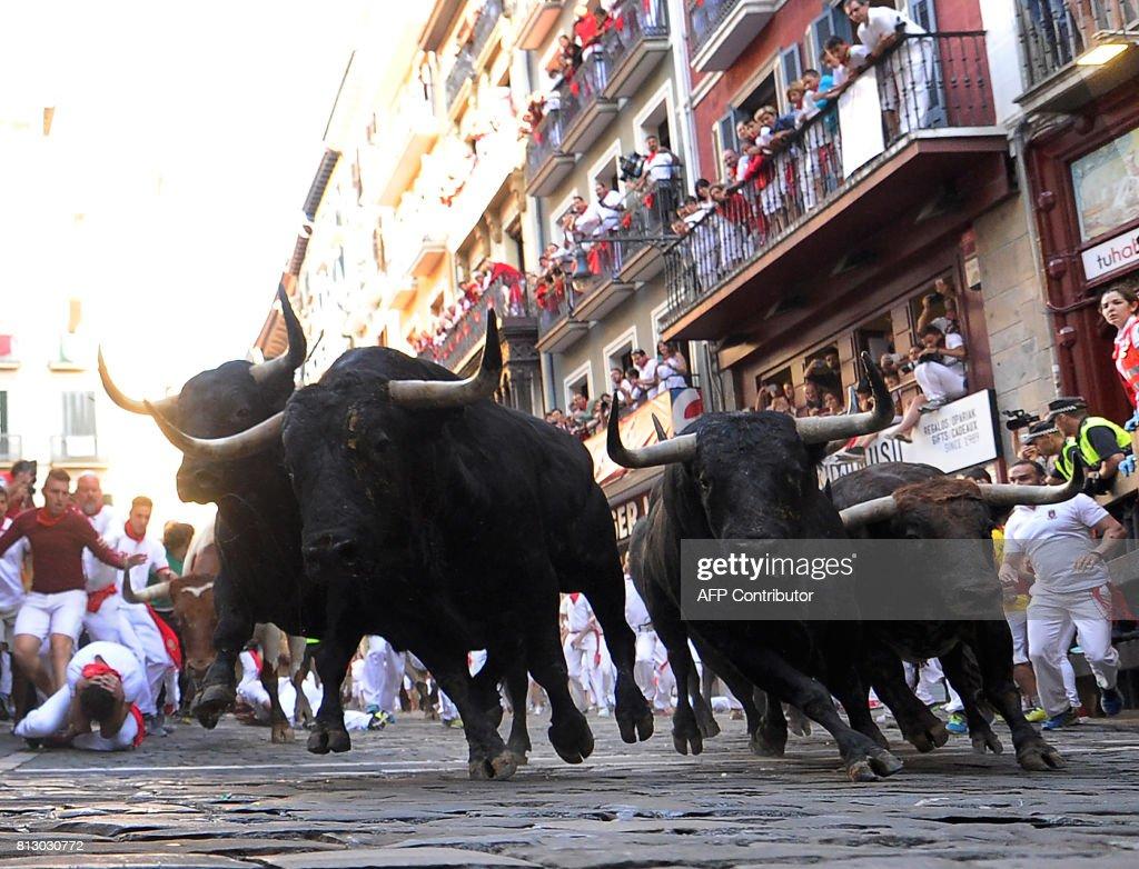 SPAIN-BULLFIGHTING-TOURISM-SANFERMIN-FESTIVAL-BULL RUN : News Photo