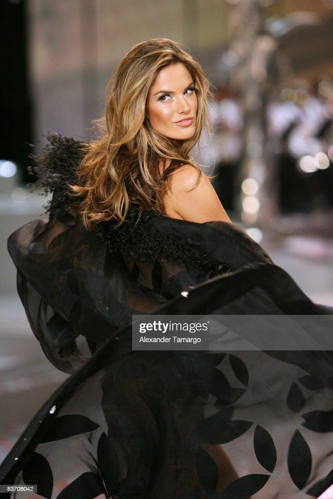 b1ee2c173d Victoria s Secret Angel Alessandra Ambrosio walks the runaway ...