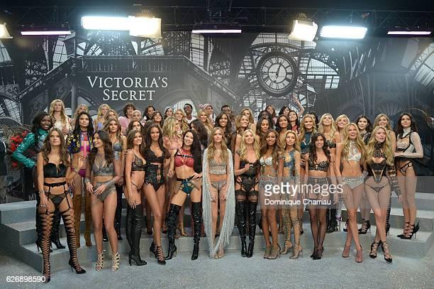 Victoria's Secret models pose backstage during 2016 Victoria's Secret Fashion Show on November 30 2016 in Paris France