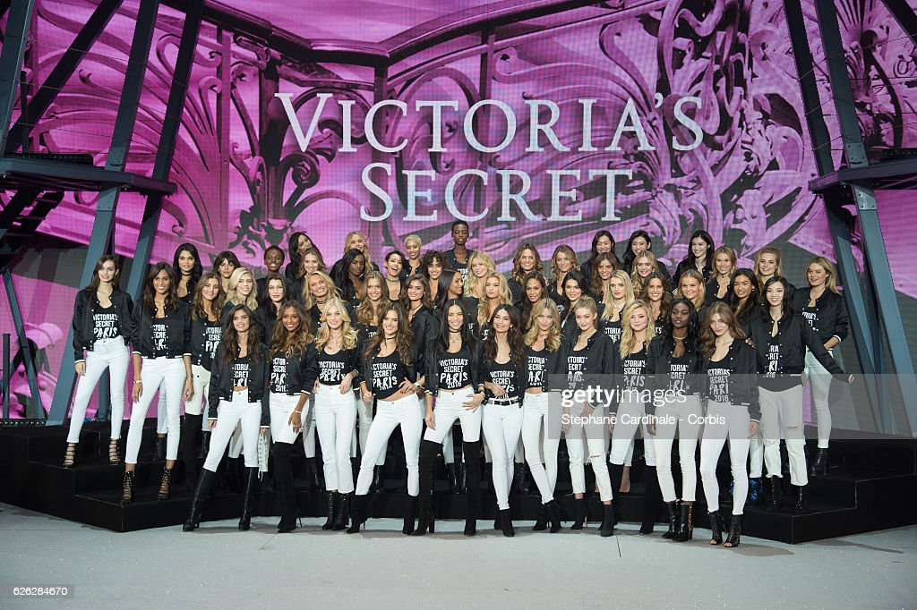 2016 Victoria's Secret Fashion Show - All Model Photo Op At Grand Palais : News Photo