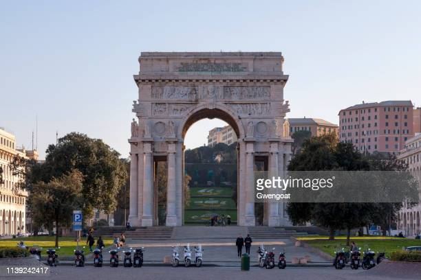 arco de la victoria en génova - génova fotografías e imágenes de stock