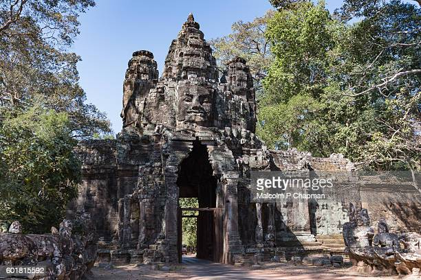 """victory gate, angkor thom east gate towards bayon temple, siem reap, cambodia - cambodia """"malcolm p chapman"""" or """"malcolm chapman"""" stock pictures, royalty-free photos & images"""