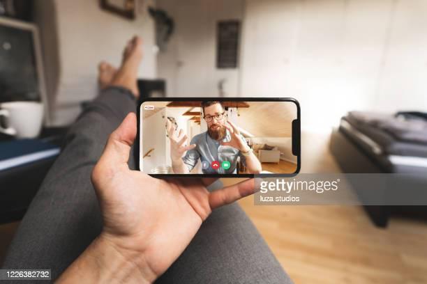 videochiamata su uno smartphone da casa - al centro foto e immagini stock