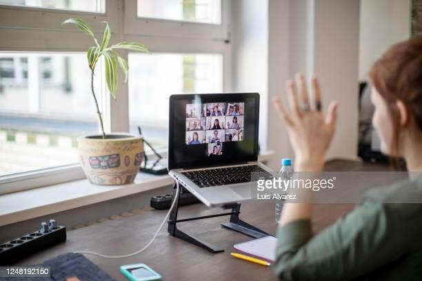 video call with team members at office - zugänglichkeit stock-fotos und bilder