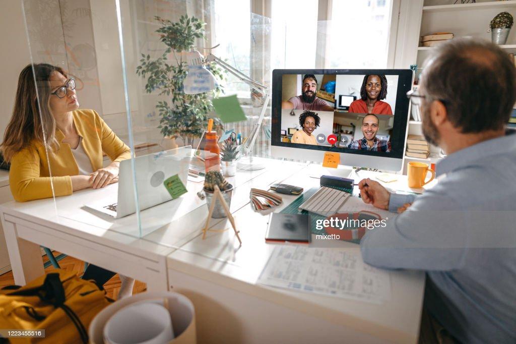 Videogesprek met teamleden : Stockfoto