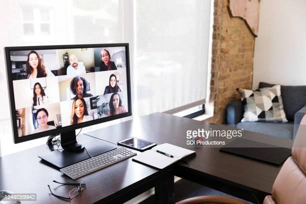 videoconferência durante a pandemia covid-19 - reunião de equipe - fotografias e filmes do acervo