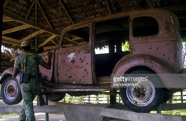 Vieille voiture criblée de balles ayant appartenu à un gangster de Chicago dans les années 1930 exposée comme une oeuvre d'art à l'Hacienda Napoles...