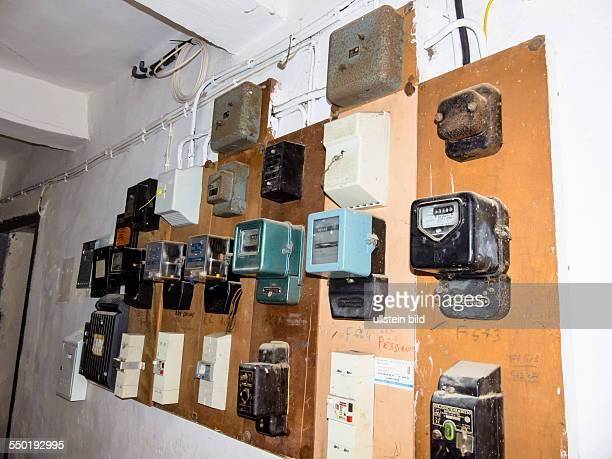 Viele alte Stromzähler für elektrischen Strom in einem Wohnhaus.