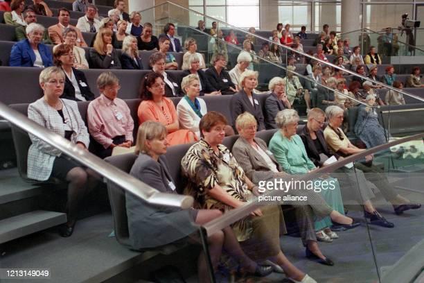 """Viele Frauen verfolgen am 8.9.1999 auf der Zuschauertribüne im Berliner Reichstagsgebäude die Plenardebatte zum Thema """"50 Jahre Kampf um..."""