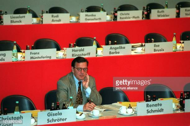Vor Beginn der wirtschaftspolitischen Debatte sitzt der niedersächsische Ministerpräsident Gerhard Schröder allein am Vorstandstisch Der...