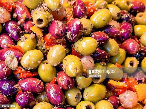 Vielfalt an Oliven Symbolfoto für Lebensmittel gesunde Ernährung