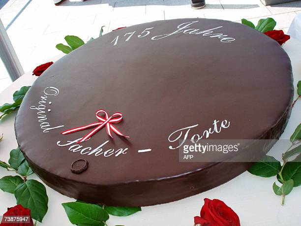 TO GO WITH AFP STORY BY Gabrielle GRENZ A one metre diameter chocolate cake Sachertorte is displayed 12 April 2007 in Vienna on the occasion of its...