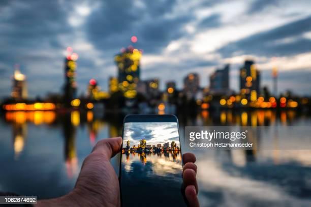 vienna donaucity on smartphone display - viena áustria - fotografias e filmes do acervo