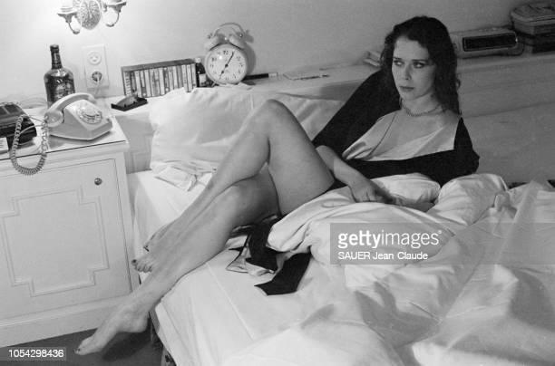 Vienne Autriche octobre 1976 L'actrice néerlandaise Sylvia KRISTEL dans sa chambre d'hôtel à Vienne où elle tourne 'Le cinquième mousquetaire' film...