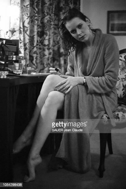 Vienne Autriche octobre 1976 L'actrice néerlandaise Sylvia KRISTEL dans sa chambre d'hôtel à Vienne où elle tourne Le cinquième mousquetaire film de...