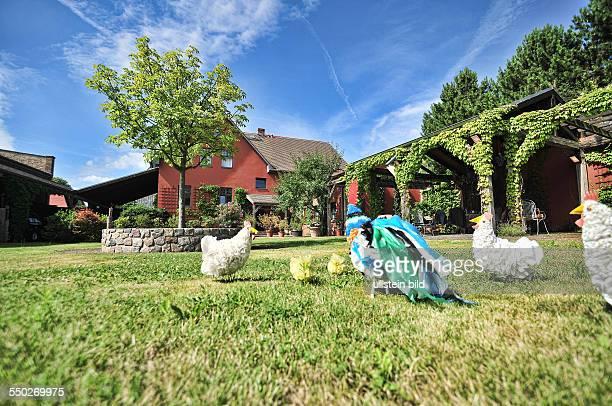Vierseitenhof in Brochow Babette und Ruediger Kaffke Ausstellung Ausstellungsraum Magpie Kunst Leuchter Stuhl Sofa Hof Bauernhof