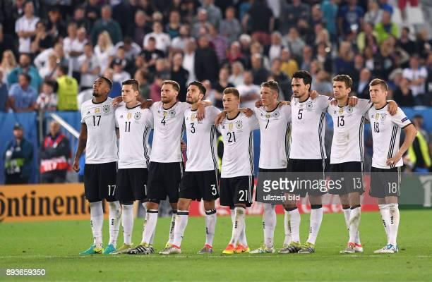 FUSSBALL EURO 2016 Viertelfinale in Bordeaux Deutschland Italien Deutsche Team beim Elfmeterschiessen Jerome Boateng Julian Draxler Benedikt Hoewedes...