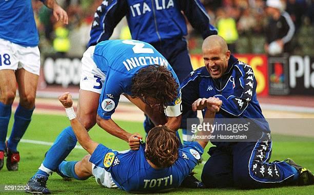 Nach dem 1:0: Paolo MALDINI, Torschuetze Francesco TOTTI, Luigi DI BIAGIO/ITA