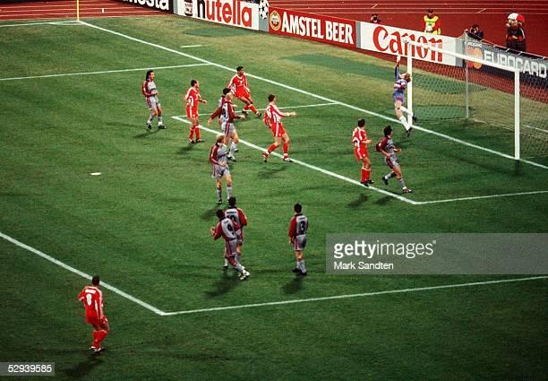 LEAGUE 98/99 Viertelfinale Muenchen FC BAYERN MUENCHEN 1 FC KAISERSLAUTERN 20 Der FREISTOSS von Martin WAGNER/KAISERSLAUTERN geht an die Latte