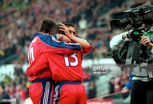 FC Bayern München FC Porto 21 Die BayernSpieler Santa Cruz und Elber jubeln mit Paulo Sergio während rechts ein Kameramann vom Fernsehen alles aus...