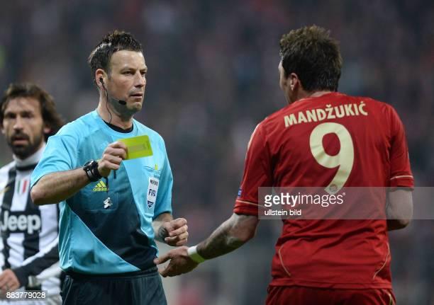 ViertelfinalHinspiel Saison 2012/2013 FUSSBALL CHAMPIONS FC Bayern Muenchen Juventus Turin Schiedsrichter Mark Clattenburg zeigt Mario Mandzukic die...