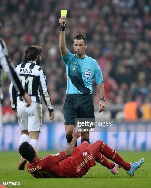 ViertelfinalHinspiel Saison 2012/2013 FUSSBALL CHAMPIONS FC Bayern Muenchen Juventus Turin Schiedsrichter Mark Clattenburg zeigt Luiz Gustavo die...