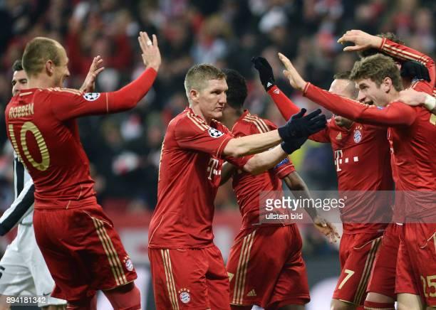 ViertelfinalHinspiel Saison 2012/2013 FUSSBALL CHAMPIONS FC Bayern Muenchen Juventus Turin Bayern Muenchen Bastian Schweinsteiger klatscht Franck...
