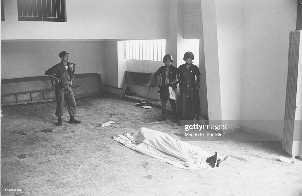 Three Vietnamese Soldiers And A Dead Body : News Photo