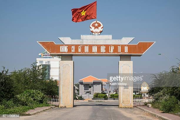 カンボジアとのベトナム国境通過 - 国境 ストックフォトと画像