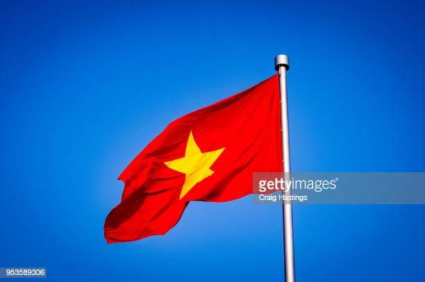 vietnam flag flying in the wind - bandiera comunista foto e immagini stock