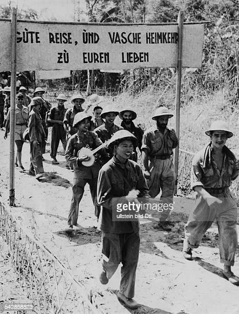 Vietnam Gruppe deutscher Fremdenlegionäre die in Dien Bien Phu gefangen genommen worden war und jetzt freigelassen wird in deutscher Sprache wird...