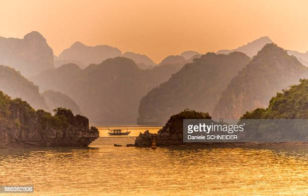 vietnam, ha long bay at sunset, (unesco world heritage) - halong bay stock pictures, royalty-free photos & images