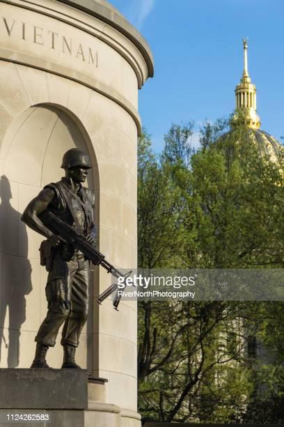 vietnam-krieg-denkmal, state capitol dome, charleston, west virginia - kapitell stock-fotos und bilder