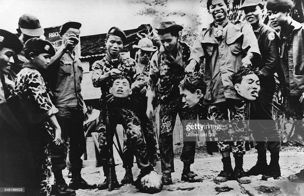 Vietnam War South Vietnamese soldiers (recruited from members ot ethnic minorities - so-called Montagnards) posing with the heads of beheaded Vietcong : News Photo
