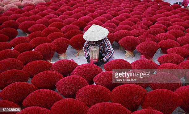 vietnam - woman making red insense - vietnam stockfoto's en -beelden