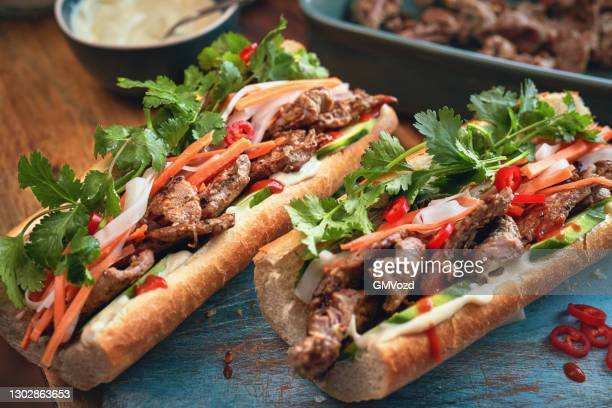 vietnamesische banh mi sandwich - servierfertig stock-fotos und bilder
