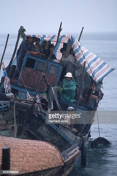 Vietnamese boat refugees arrive in Hong Kong More than 200000 Vietnamese refugees arrived by boat in Hong Kong during the late '70s and '80s after...