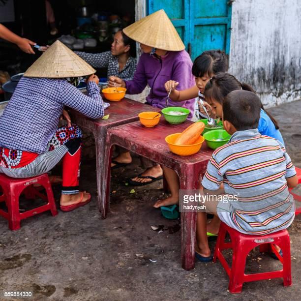 Vietnamese kinderen eten een pho bo, Zuid-Vietnam