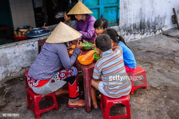 Vietnamesische Kinder essen eine Pho Bo, Südvietnam