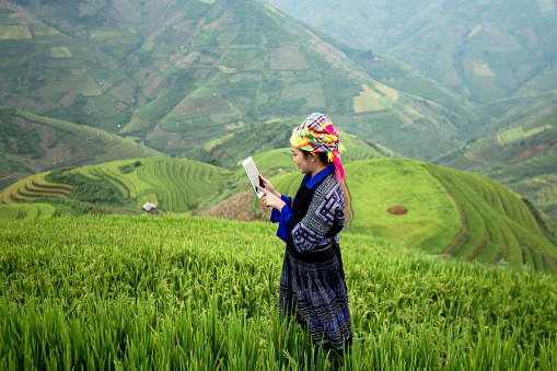 Vietnamese farmers use the tablet - gettyimageskorea