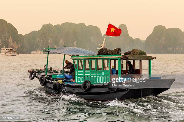 vietnamese fishing boat at ha long bay - merten snijders - fotografias e filmes do acervo