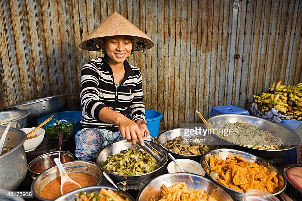 vietnamese food vendor on local market - vietnam stockfoto's en -beelden