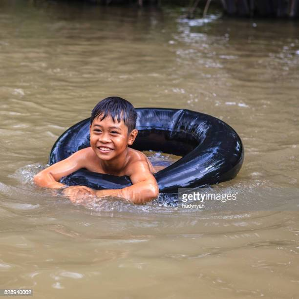 Vietnamesische kleiner Junge Baden im Mekong River Delta, Vietnam