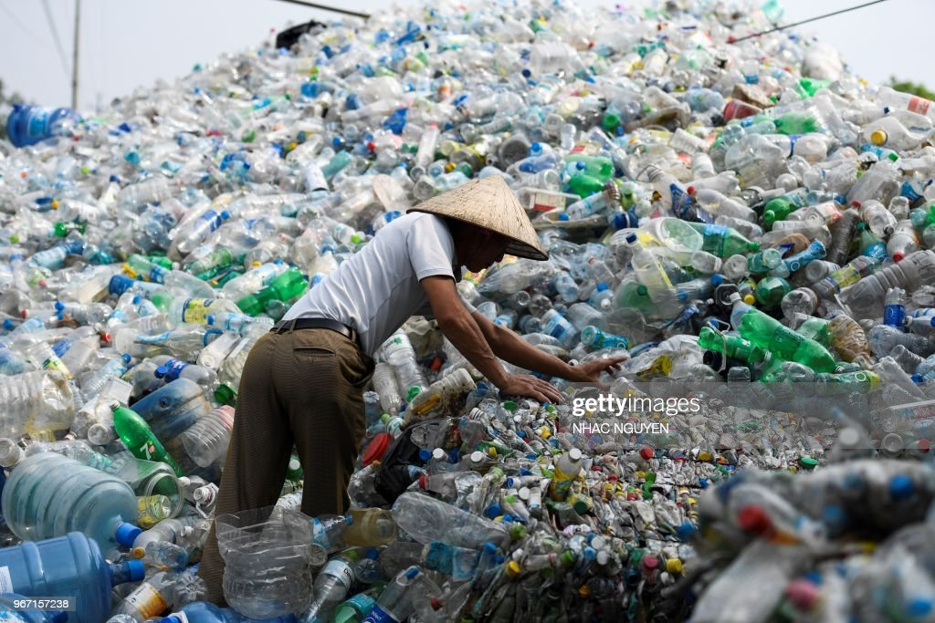 TOPSHOT-VIETNAM-ENVIRONMENT-PLASTIC : News Photo