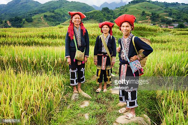 vietnamese minority people - women from red dao hill tribe - vietnam stockfoto's en -beelden