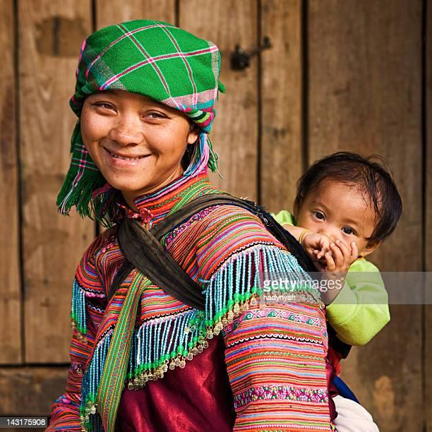 vietnamita hmong tribo de flores mãe com seu bebê - tribo asiática - fotografias e filmes do acervo