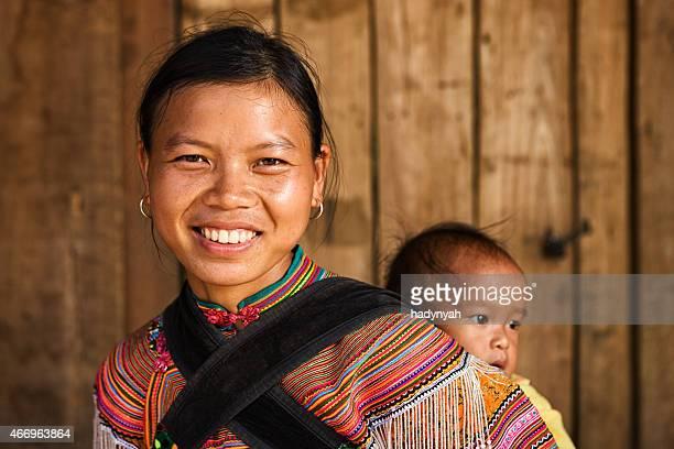 ベトナムの母親からフラワー hmong 族、自分の赤ちゃん - ミャオ族 ストックフォトと画像