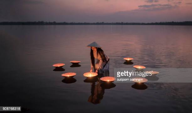 vietnamese people in ao dai vietnam traditional dress on the lake - asia pacífico fotografías e imágenes de stock