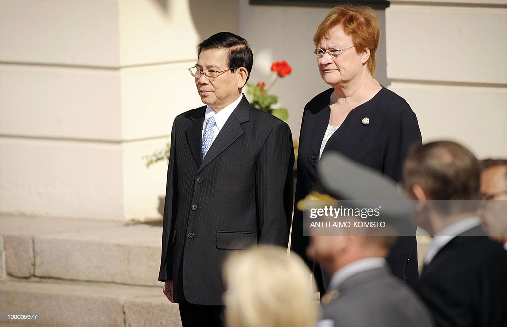 Vietnamese president Nguyen Minh Triet (L) and Finnish President Tarja Halonen meet outside of the Presidential Palace in Helsinki on May 20, 2010. Triet is on a three-day official state visit to Finland. AFP PHOTO/LEHTIKUVA/Antti Aimo-Koivisto
