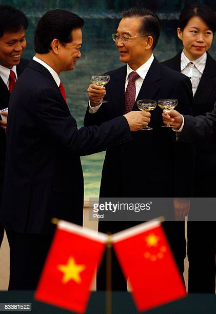 Vietnamese Prime Minister Nguyen Tan Dung and Chinese President Hu Jintao make a toast during a signing ceremony at the Great Hall of the People on...
